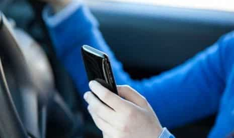 menggunakan-ponsel-saat-berkendara