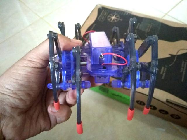 merakit mainan robot