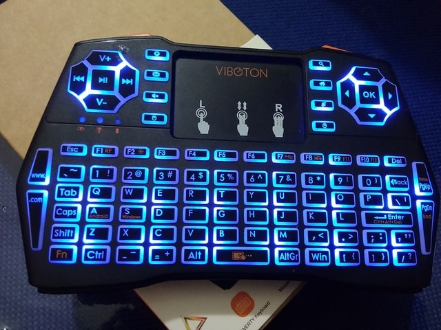 Menyalakan Lampu Backlit Mini Keyboard Wireless i8