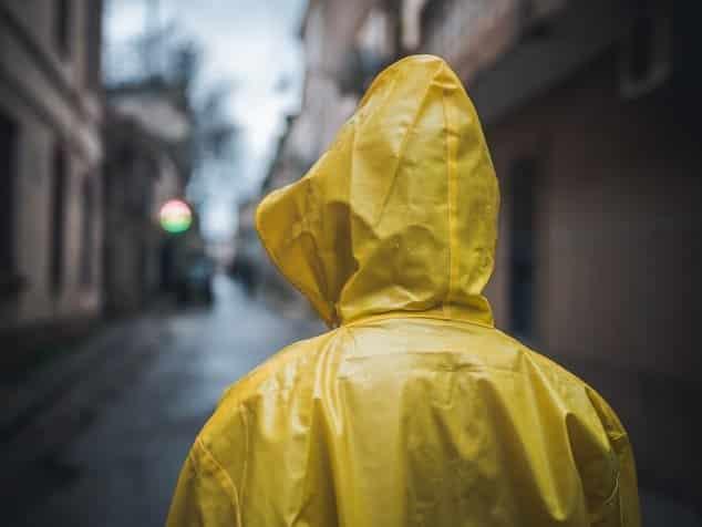 Kenapa Jas Hujan Harus Digantung Setelah Dipakai